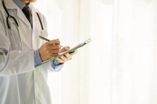 médico fazendo anotações