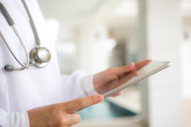 médico com um tablet na mão