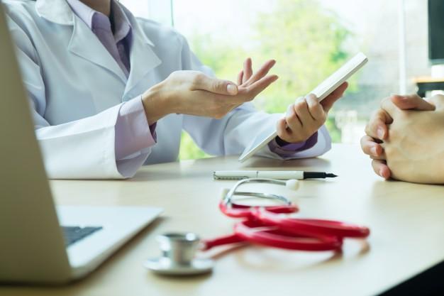 médico fazendo uma consulta